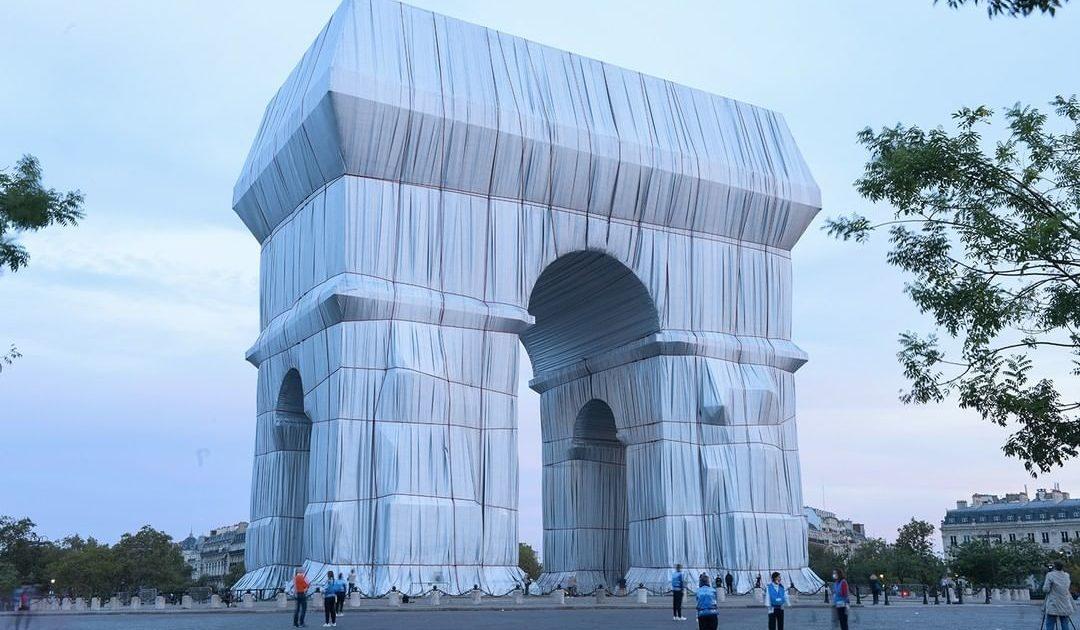 El Arco del Triunfo 'empaquetado' del artista Christo inspira a un restaurante parisino